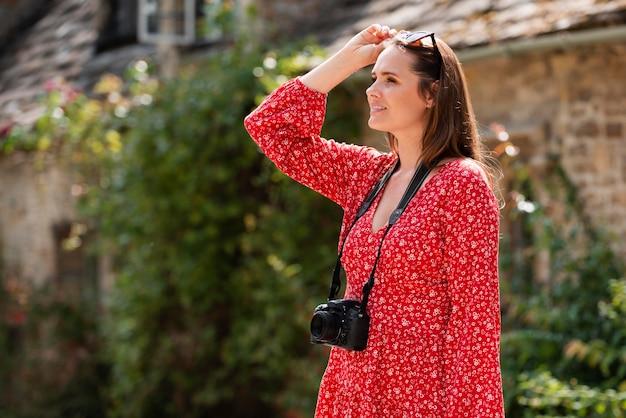 Voyageuse utilisant un appareil photo professionnel pour de nouveaux souvenirs
