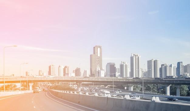 Voyagez dans la capitale avec bureau et pont sur autoroute