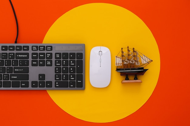 Voyagez à plat sur le clavier du pc et expédiez-le en orange avec un cercle jaune