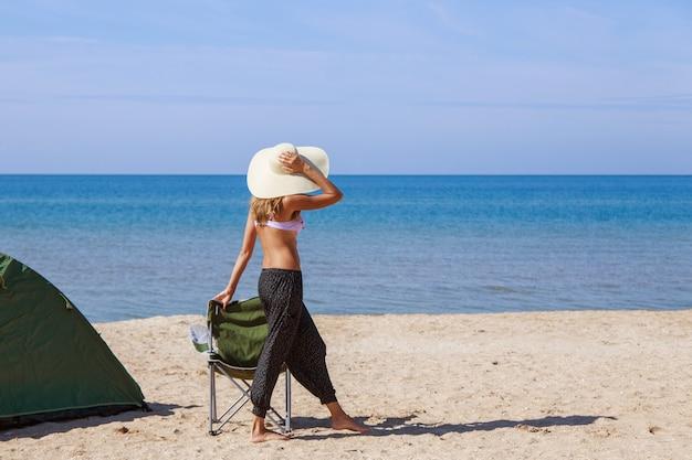 Voyagez vers la mer. camping sur la plage.