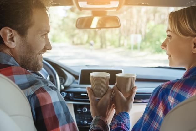 Voyagez en voiture en famille en couple en train de boire du café