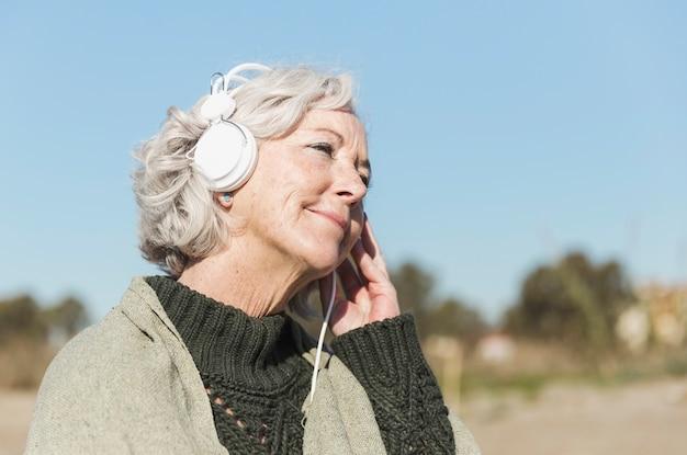 Voyante, coup, femme, écouteurs