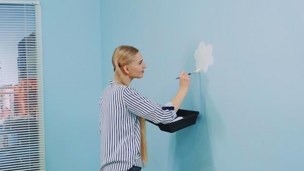 Voyante, coup, femme, peinture, fleurs, mur, bureau