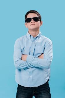 Voyante, coup, moderne, garçon, poser, lunettes soleil