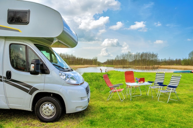 Vr (camping-car) et chaises en camping