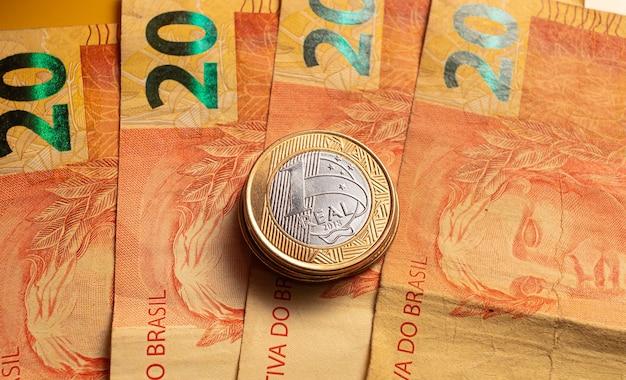 Un Vrai Billet De Banque Brésilien Et Une Pièce De Monnaie Brésilienne Em Photo En Gros Plan Avec Vue De Dessus Photo Premium