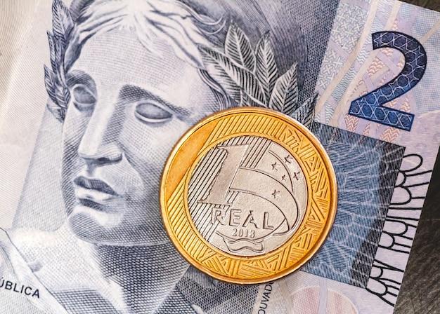 Vrai brl le billet de banque brésilien et une vraie pièce en gros plan