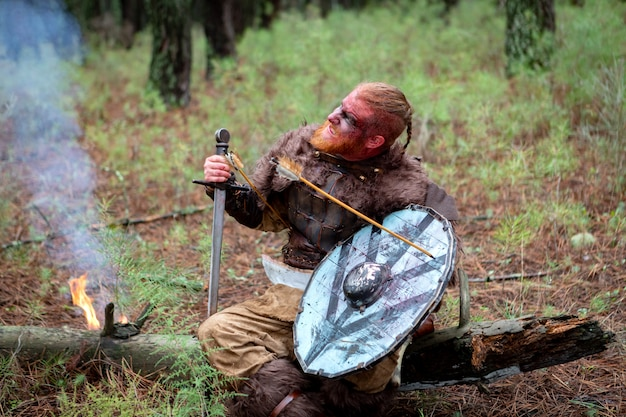 Vrai sanglant viking avec une flèche sur son bouclier