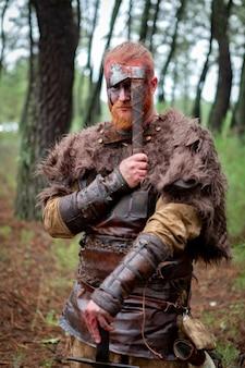 Vrai viking tenant sa hache