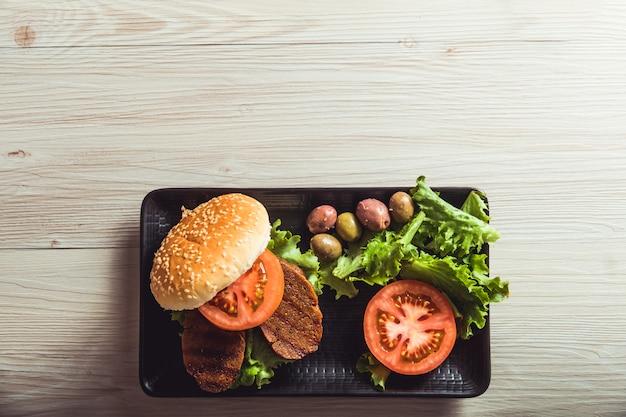 De la vraie nourriture, de la viande végétalienne dans un restaurant