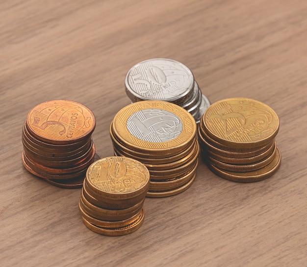 De vraies pièces de monnaie brésiliennes brl sur un meuble en bois avec vue du haut