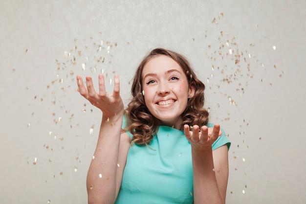 Vraiment heureuse femme et pluie de confettis