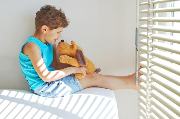Vrais amis mignon petit garçon parlant à un chien jouet