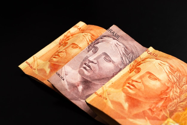 Vrais billets en argent brésilien brl isolés sur une surface sombre