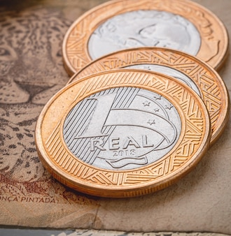 Vrais billets de banque brésiliens brl et pièces de monnaie en gros plan