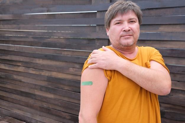 De vrais hommes âgés vaccinés contre l'infection à coronavirus. vaccination contre le covid-19. spoutnik-v. espace de copie.