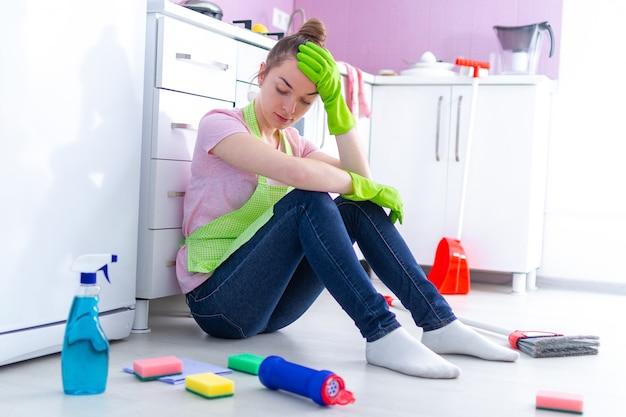Vtired fatigué femme de ménage souffrant de fatigue domestique et se reposant de l'entretien ménager à la cuisine à la maison