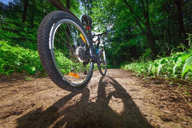 Vtt en descendant la colline en descendant rapidement à vélo. vue des yeux de motards.