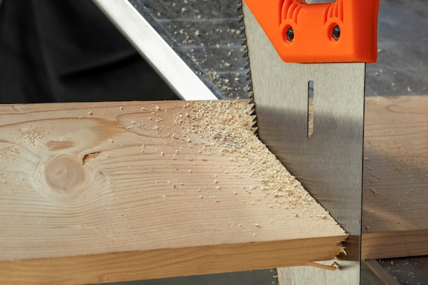 Vu couper à travers une planche. atelier de bois.