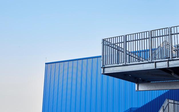 Vue abstraite d'un bâtiment moderne avec des escaliers