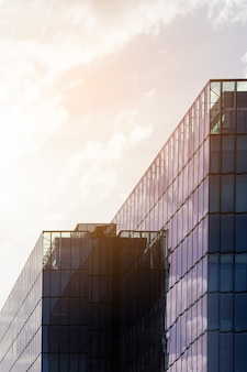 Vue abstraite d'un gratte-ciel avec la lumière du soleil