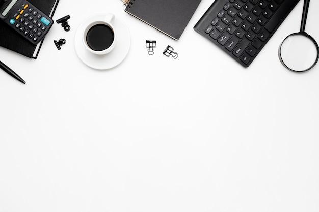 Vue aérienne d'accessoires de bureau sur fond blanc