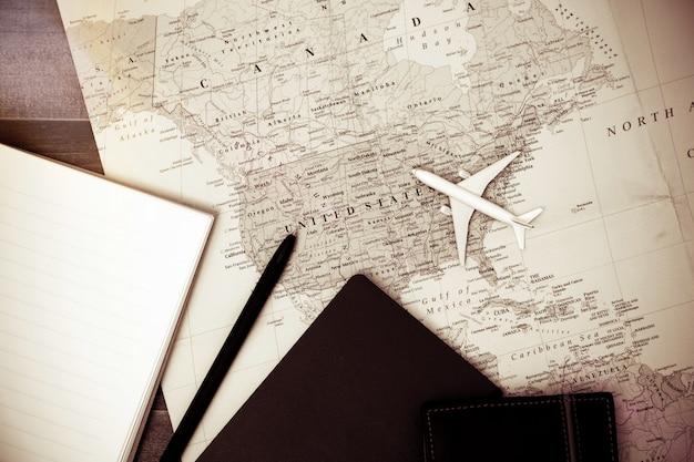 Vue aérienne d'accessoires du voyageur, articles de vacances essentiels, fond de concept de voyage