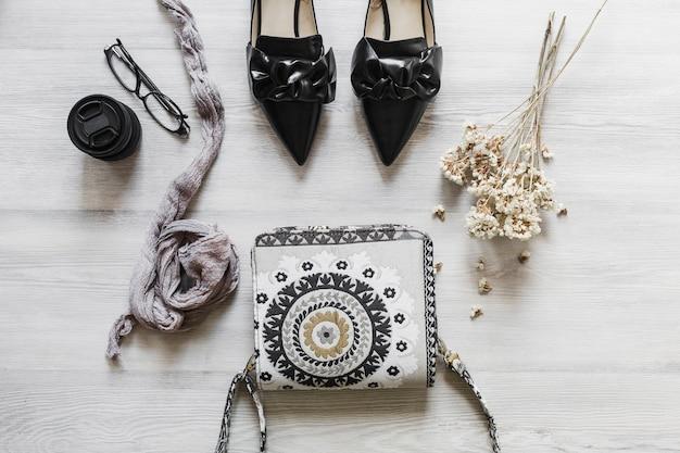 Vue aérienne des accessoires féminins sur le bureau en bois
