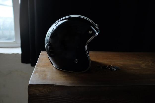 Vue aérienne d'accessoires de motard placé sur une table en bois rustique.