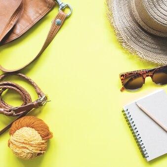 Vue aérienne des accessoires pour filles en couleur jaune et marron, ensemble de mode printemps