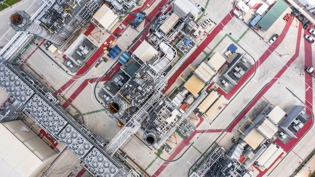 Vue aérienne aérienne d'une centrale électrique pendant la nuit, d'une raffinerie de pétrole et d'une raffinerie de gaz de soutien