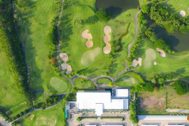 Vue aérienne aérienne du parcours de golf et des maisons de la ville.