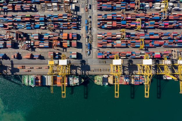 Vue aérienne des affaires du port d'expédition de conteneurs de fret international