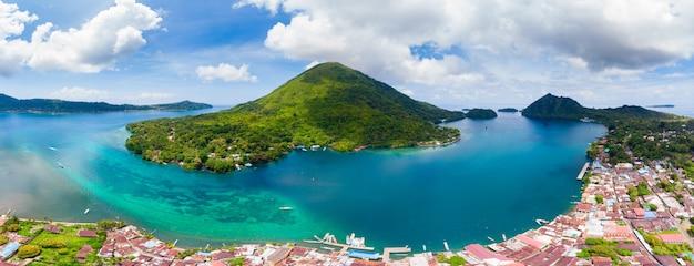 Vue aérienne de l'archipel des îles banda, indonésie, pulau gunung api, coulées de lave, plage de sable blanc du récif corallien. destination touristique de premier choix, meilleure plongée en apnée.
