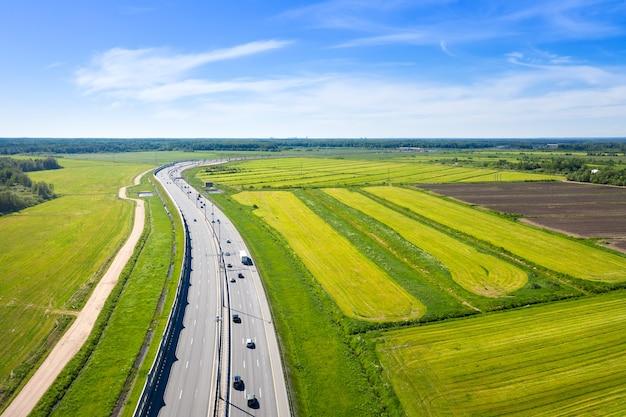 Vue aérienne de l'asphalte speedway avec des voitures
