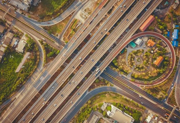 Vue aérienne, de, autoroute, et, passage supérieur, dans, ville