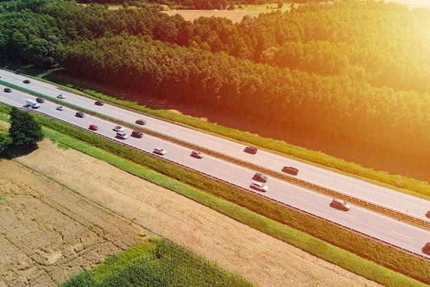 Vue aérienne de l'autoroute avec le trafic routier de voitures en mouvement