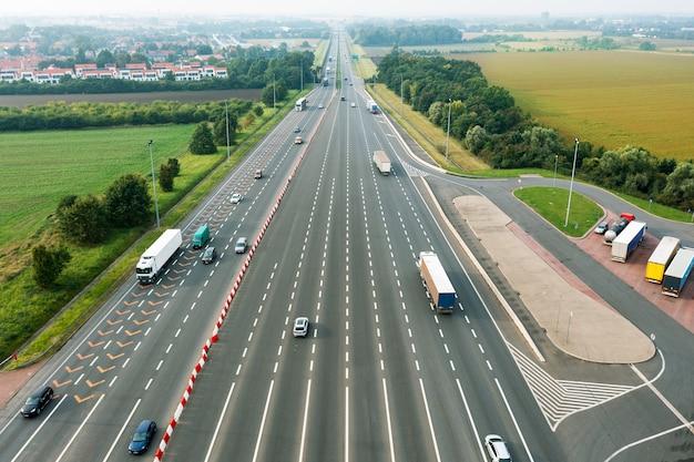 Vue aérienne de l'autoroute avec des voitures la longeant