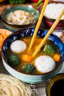 Vue aérienne, de, baguettes, à, bol soupe poisson boule