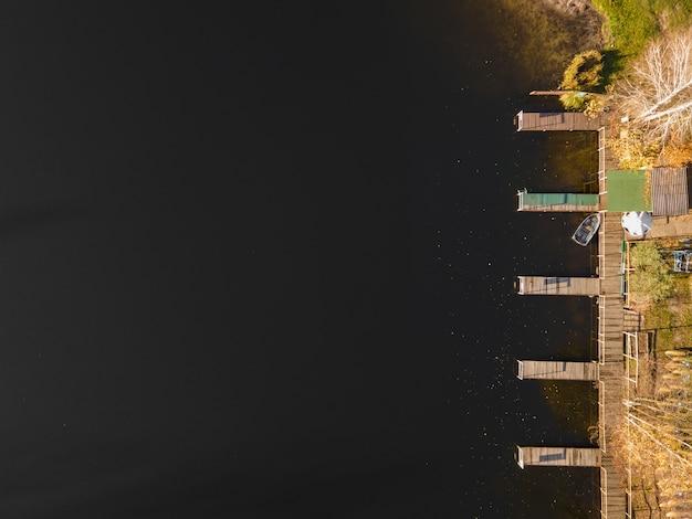 Vue aérienne de la baie de bateau à l'automne