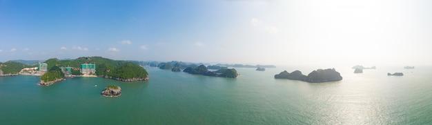 Vue aérienne de la baie d'ha long depuis l'île de cat ba, célèbre destination touristique au vietnam. ciel bleu pittoresque avec des nuages, des pics rocheux calcaires dans la mer à l'horizon.