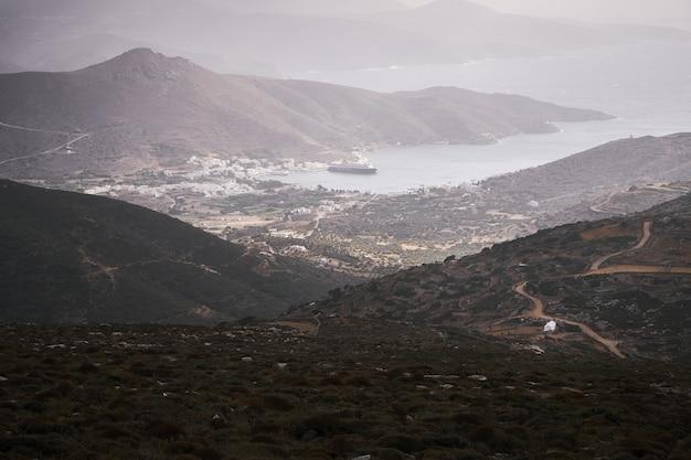 Vue aérienne de la baie de katapola dans l'île d'amorgos, grèce