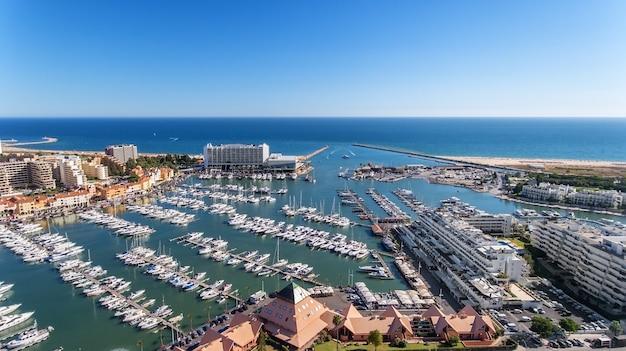Vue aérienne de la baie de la marina, avec des yachts de luxe à vilamoura, algarve.