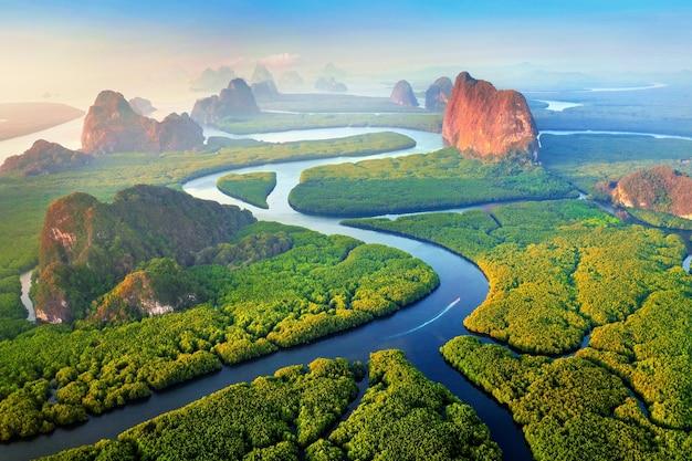 Vue aérienne de la baie de phang nga avec des montagnes au lever du soleil en thaïlande.