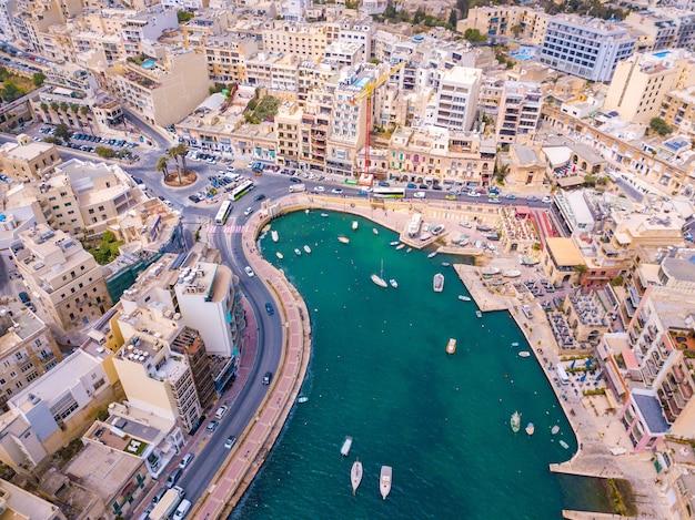 Vue aérienne de la baie de spinola, de la ville de st julians et de sliema à malte