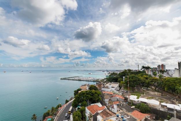 Vue aérienne de la baie de todos os santos à salvador bahia au brésil.