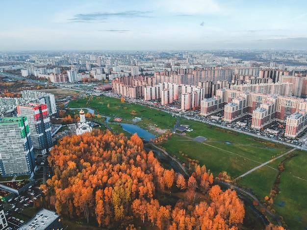 Vue aérienne de la banlieue, du magnifique parc d'automne et du développement résidentiel de grande hauteur. saint-pétersbourg, russie