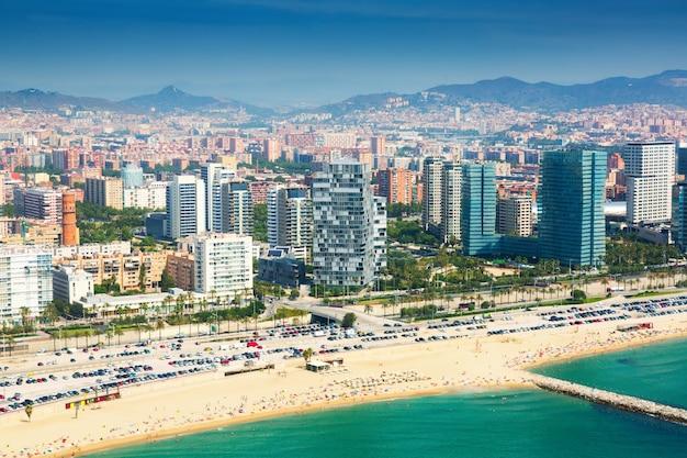 Vue aérienne de barcelone depuis la côte méditerranéenne