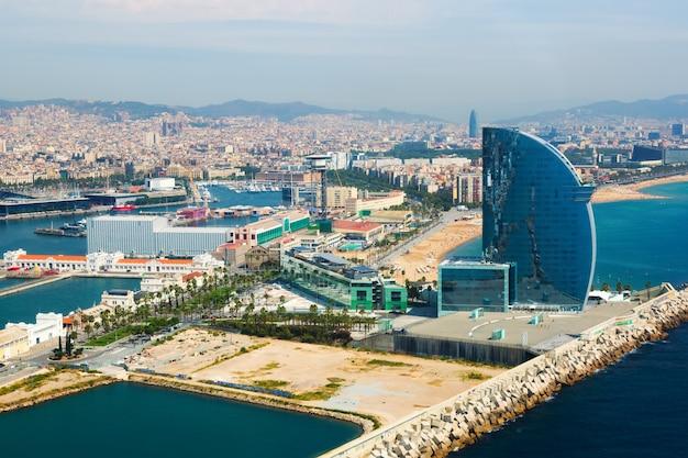 Vue aérienne de barcelone depuis la mer