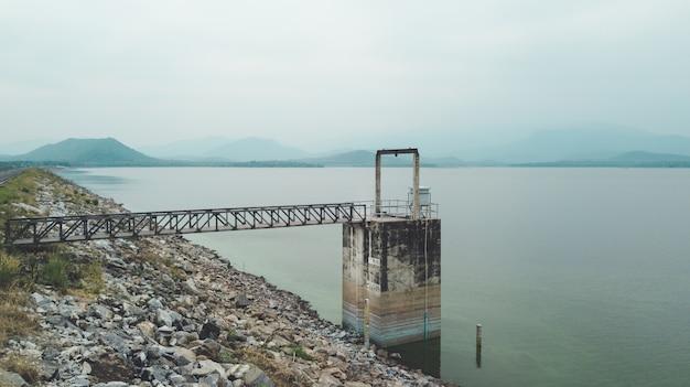 Vue aérienne de la barrière de niveau d'eau utilisée dans le petit barrage du lac pour contrôler le débit d'eau.